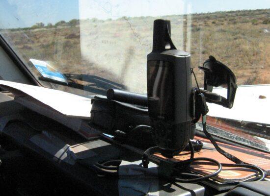 Navigationsgerät und Satelliten Telefon auf dem Amaturenbrett eines Landcruiser Guidefahrzeugs von Outback Expeditions 4x4 overland expeditions