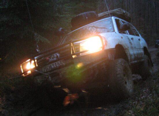 Im Wald fest gefahrener Landcruiser auf der Scouttour 2008 kurz vor Einbruch der Dämmerung in der Ukraine