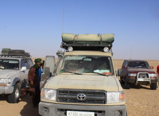 Bulldust überall am Landcruiser nach querung eines Weichsandfeldes in der Zentralsahara Overland mit Outback Expeditions auf 4x4 Adventures in Nordafrika Mauretanien
