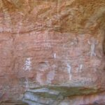 Warane oder andere Echsen gezeichnet auf Felsen