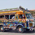 Bunt angemalter Bus im Senegal