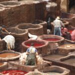 Färber in Fes Marokko die in den Farbtümpeln stehen