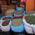 Marokkanischer Gewürzhändler bietet in offenen Säcken Ware feil
