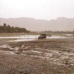 Fahren durch ein Flussbett mit Offroad Fahrzeugen während eines Overland 4x4 Adventure Marokko