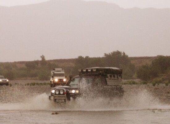 Marokko Flussdurchfahrt mit 2 Geländewagen