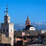 Die Moschee in Marrakesh vor den verschneiten Gipfeln des Atlas Gebirges