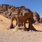 Eine Felsenstruktur in der algerischen Sahara