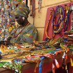 Verkäuferin bunter Accesoires im Senegal
