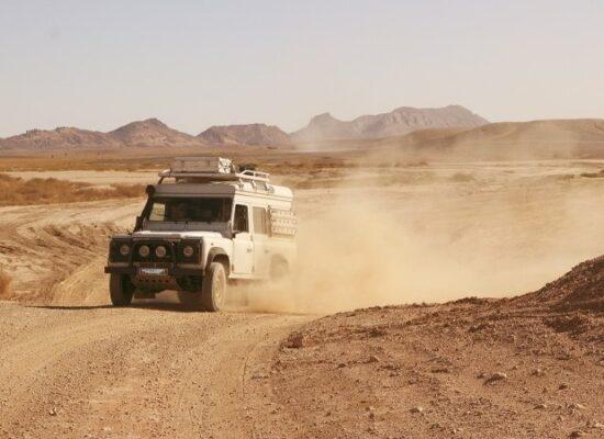 Süd Marokko Landrover auf staubiger Piste während einer Overland 4x4 Adventure Marokko
