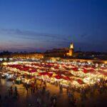 Jema el Fna bei Nacht beleuchtet