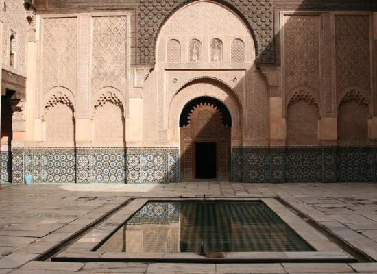 Marocco offizielles Gebäude mit Wasserpool im Innenhof