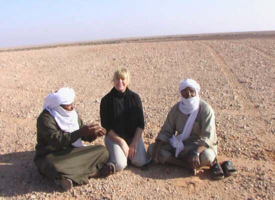 Talk between guides and participants during an expedition with Markus Linse in North Africa